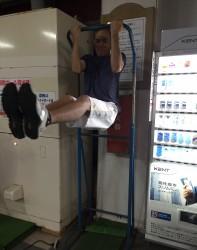 金城幸政 48歳٩( 'ω' )و  すごい運動神経です‼︎ 懸垂をしながら、足は垂直に保っています。 キタ━(゚∀゚)━!