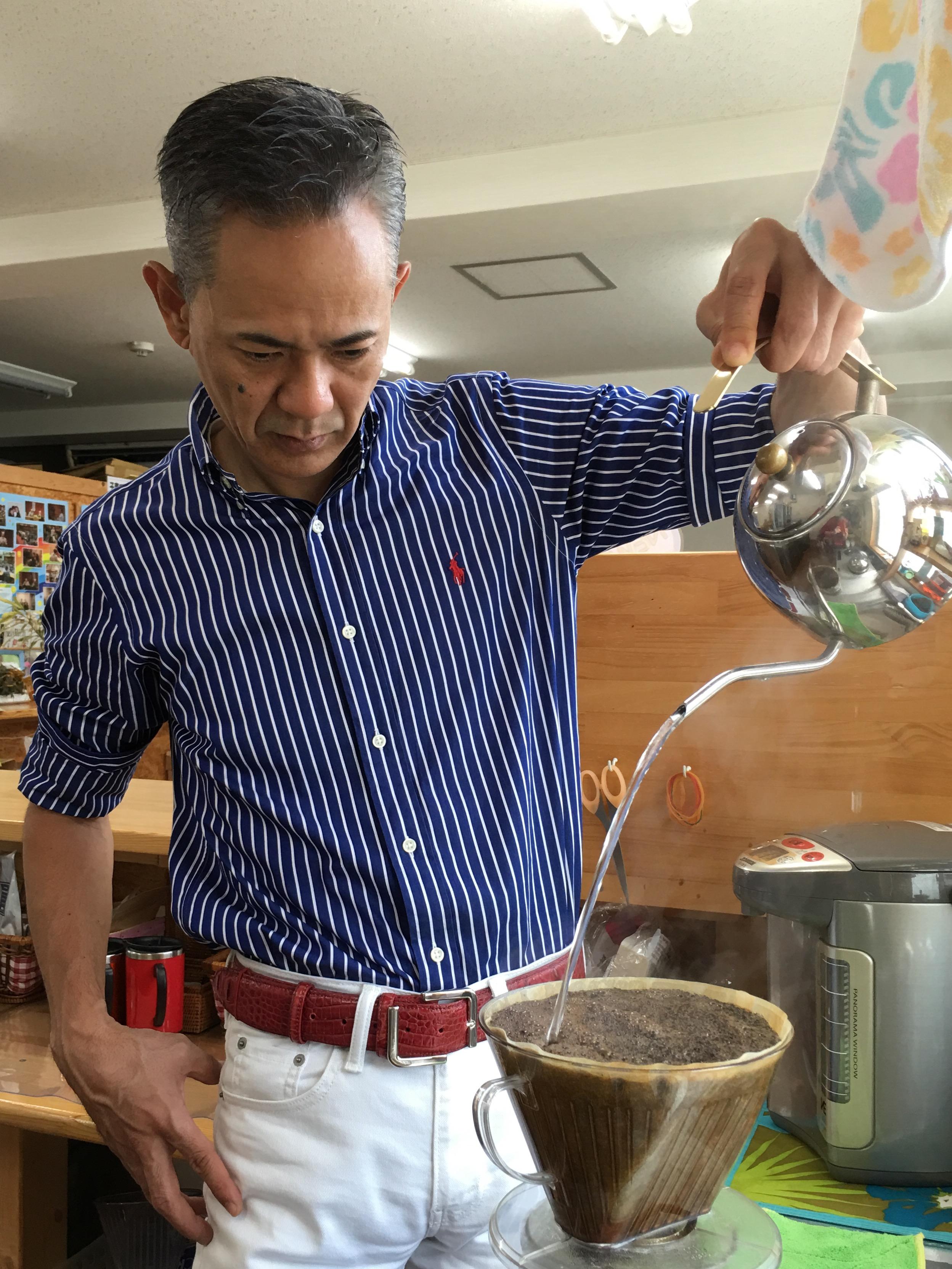 1日のはじまりは コーヒーですが 先生の淹れるコーヒーは 茶道のように その日の天候、豆の状態を感じ コーヒーと対話しているようです その姿の美しい✨こと