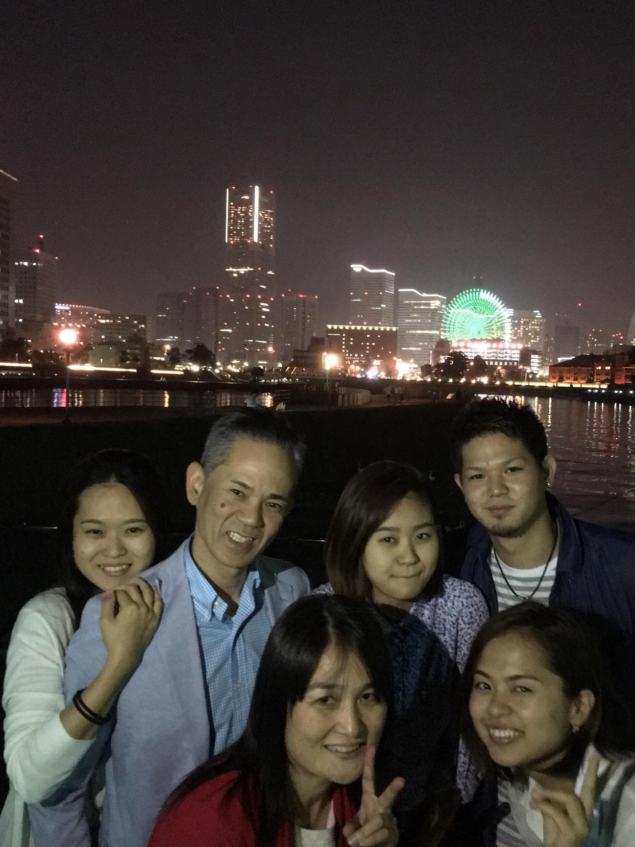 土曜日の講演会が終わって 向かった先は、宿泊予定の横浜✨ 東京円隣スタッフの真理さんから 粋なプレゼント? 宿泊するホテルを対岸から観てチェックインする 金城ファミリー✨の 初の家族旅行のスタートは、、、実はここからスタートしたのです。 みんなの想いが溢れてるプレゼントです。