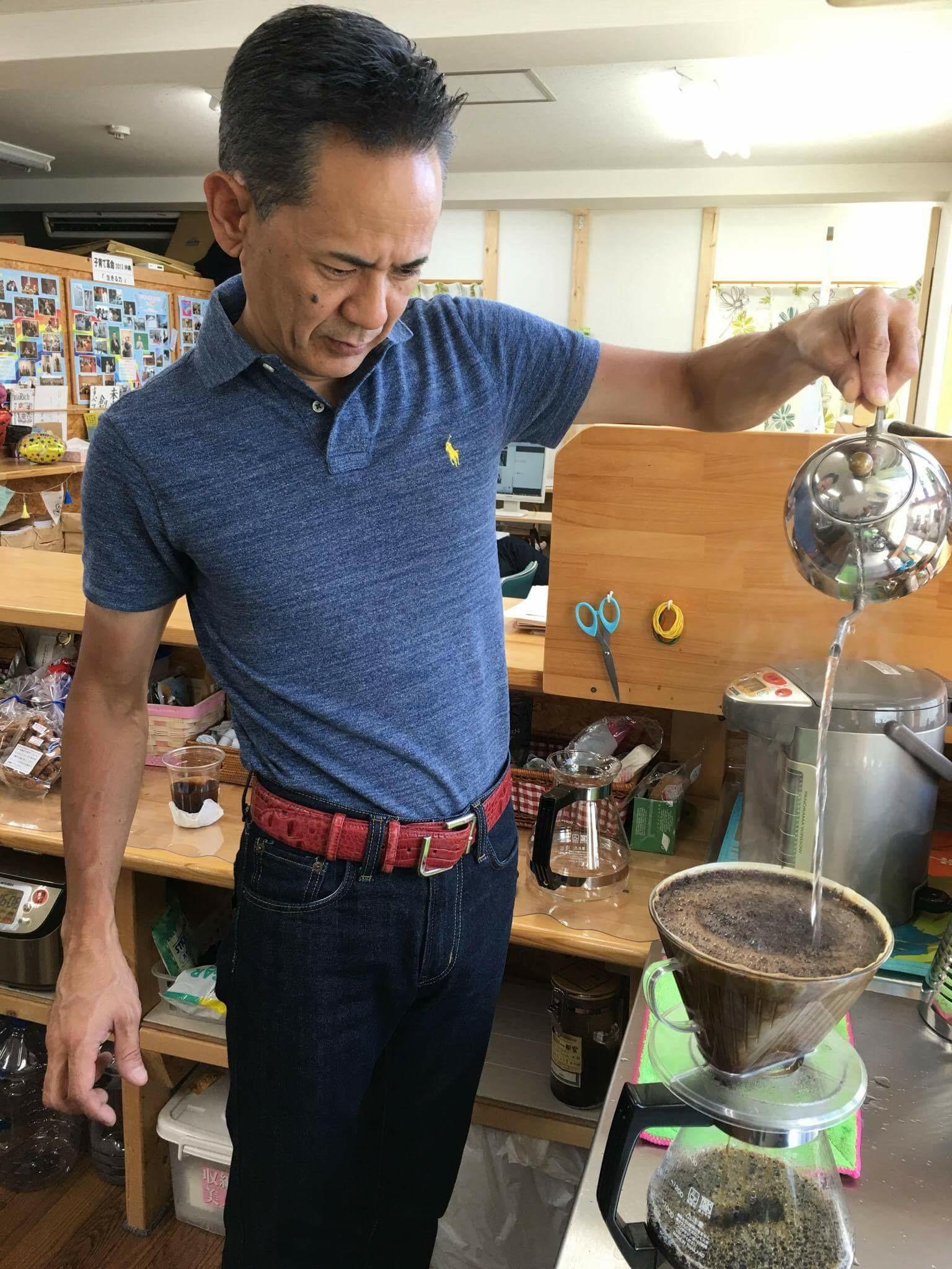 明日からセミナーウィークで東京出張の先生。おニューのポロシャツ✨無駄のない動きは珈琲を愛してるからこそ?
