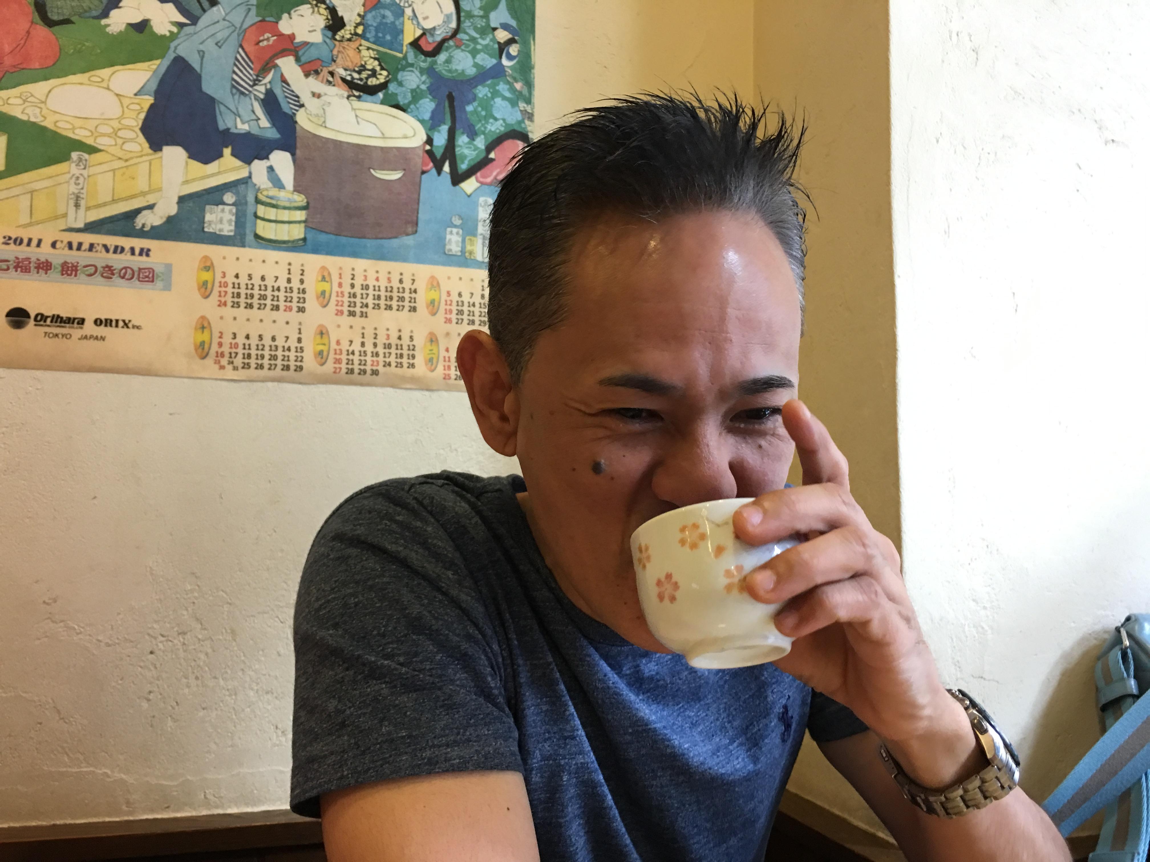 今日は 朝から    やんちゃ感情の本  サインをしています。 今日のランチは沖縄そば‼️ 20代の頃のお話がおもしろくておもしろくて この笑顔です??