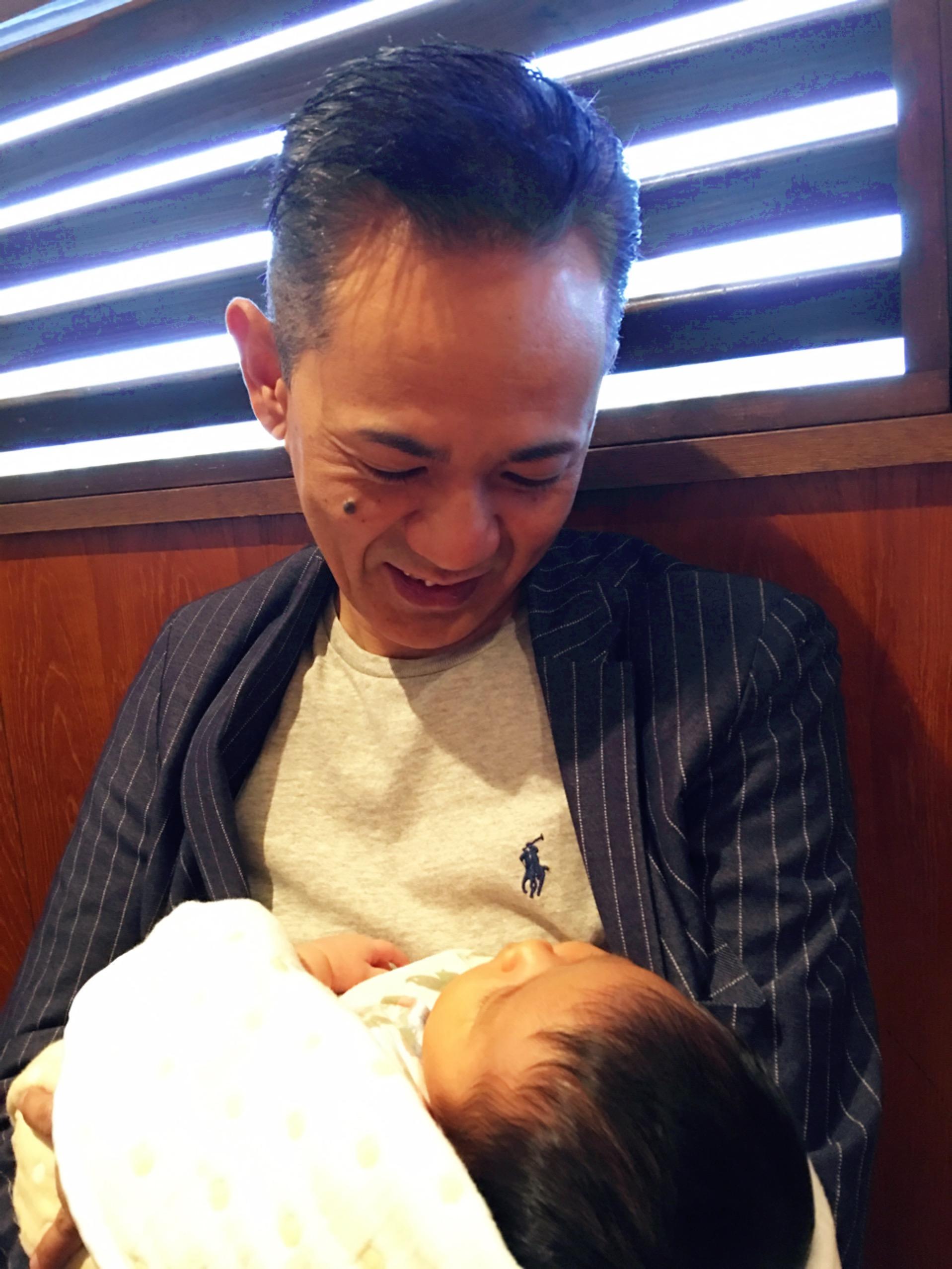 赤ちゃんってずっと見てても飽きないよね〜?って。 デレデレの先生?