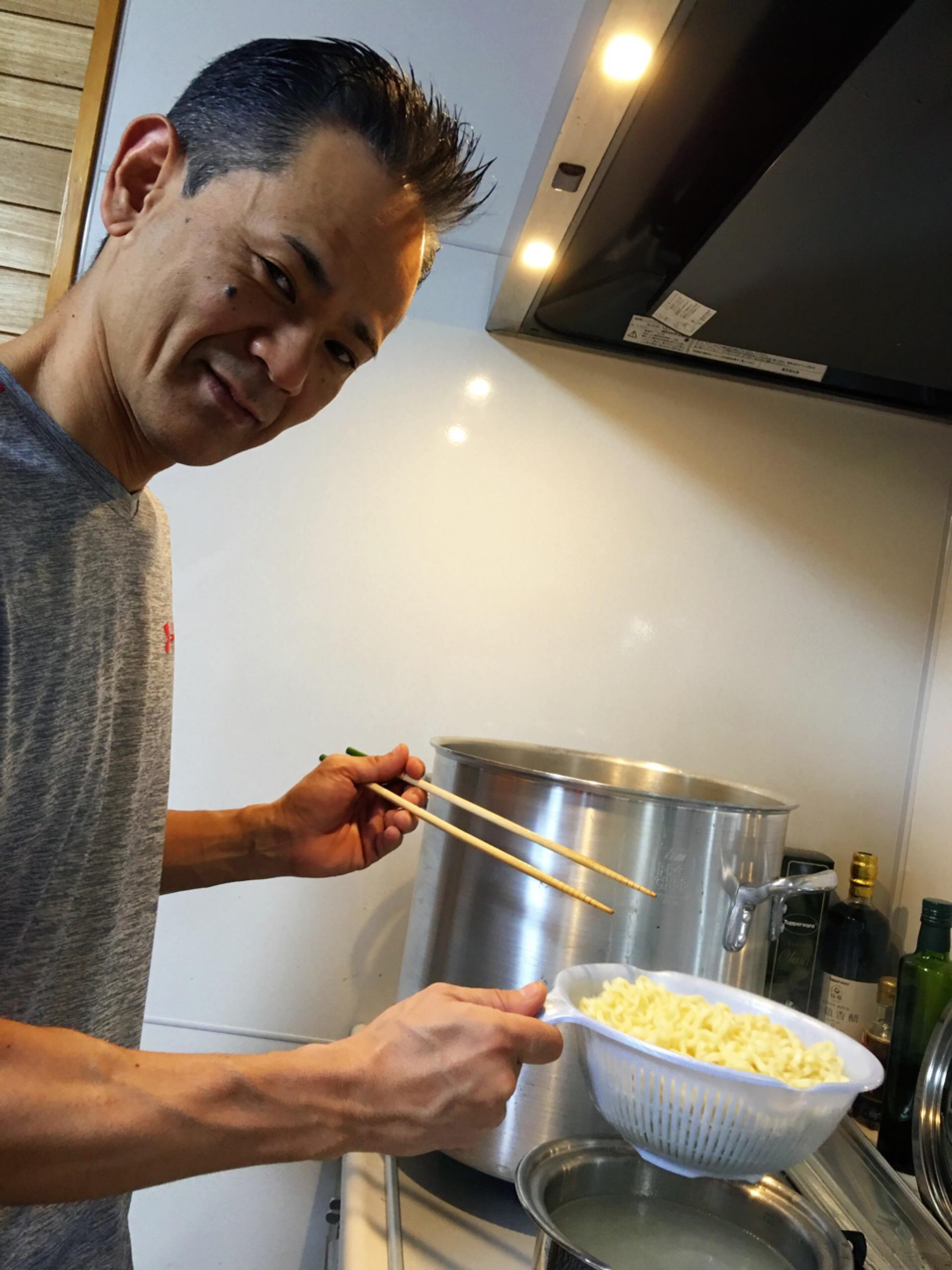 先生お手製 『黄金そば』✨登場❣️ 野菜の下味を基本に 豚骨ベースに鰹で仕上げる。 何時間もかけてじっくりと丁寧に煮込むんです。 まさに黄金✨の味❣️