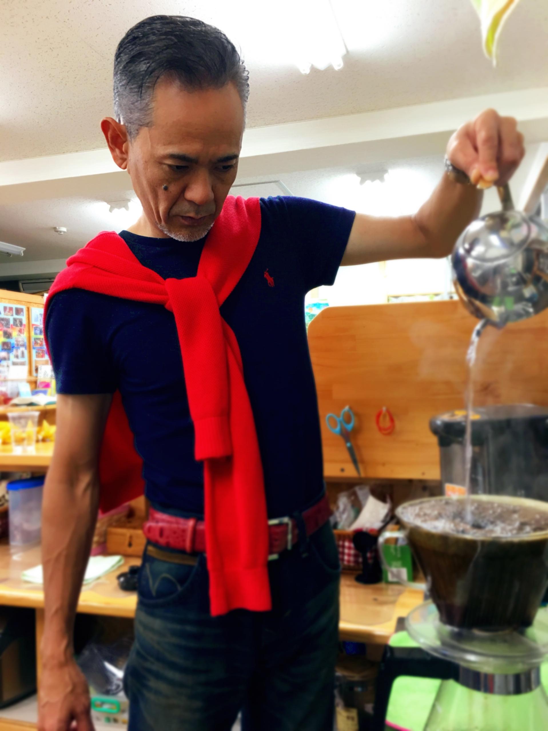 出張から帰ってきて休む間も無く出勤! まずは、コーヒーをいれて、一息つきましょう♡ コーヒーをいれる姿も真剣です。美しい✨ 東京の寒さが嘘の様…?今日の沖縄は半袖で過ごせます?