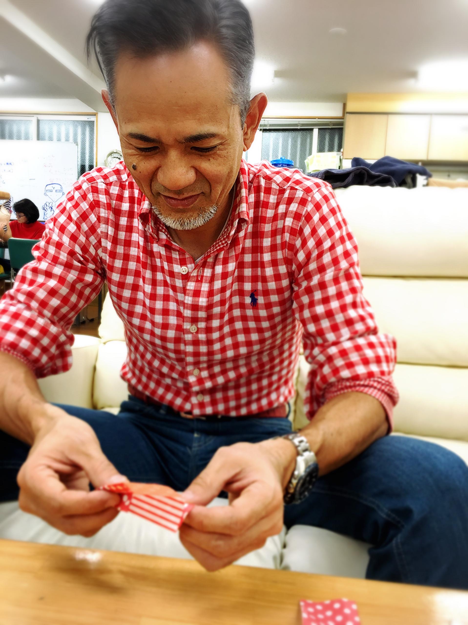 折り紙で紙ヒコーキ作り✨ 何をするにも嬉しそうに少年の顔?✨