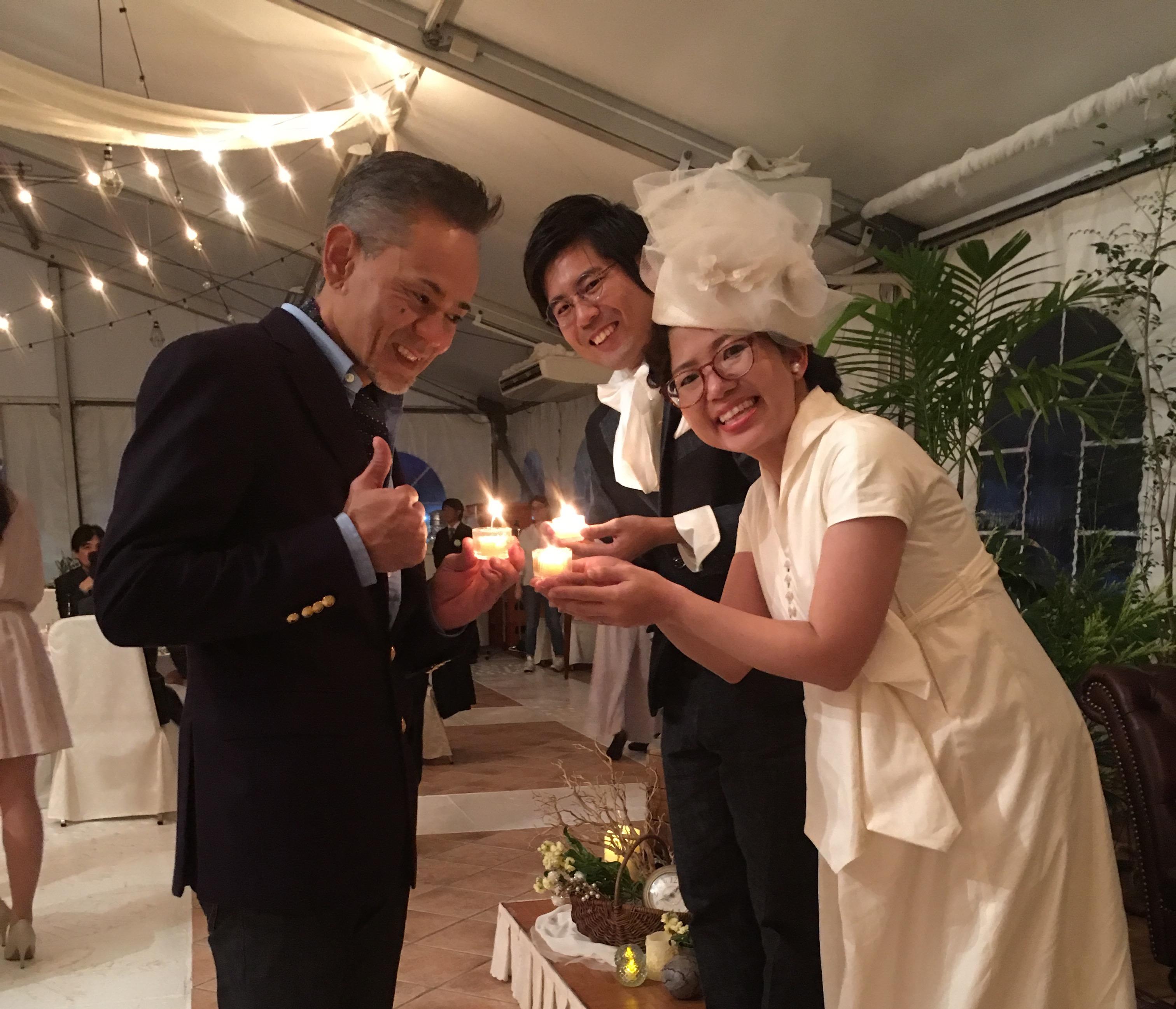 披露宴は 楽しいコンセプト 先生が 新郎 新婦から キャンドル?の炎を受け取って 同じテーブルの方へ その灯火?を手渡すというもの 全員の?が点ったら それぞれが希望をとなえて 自分のローソクの?を吹き消すというセレモニーです。