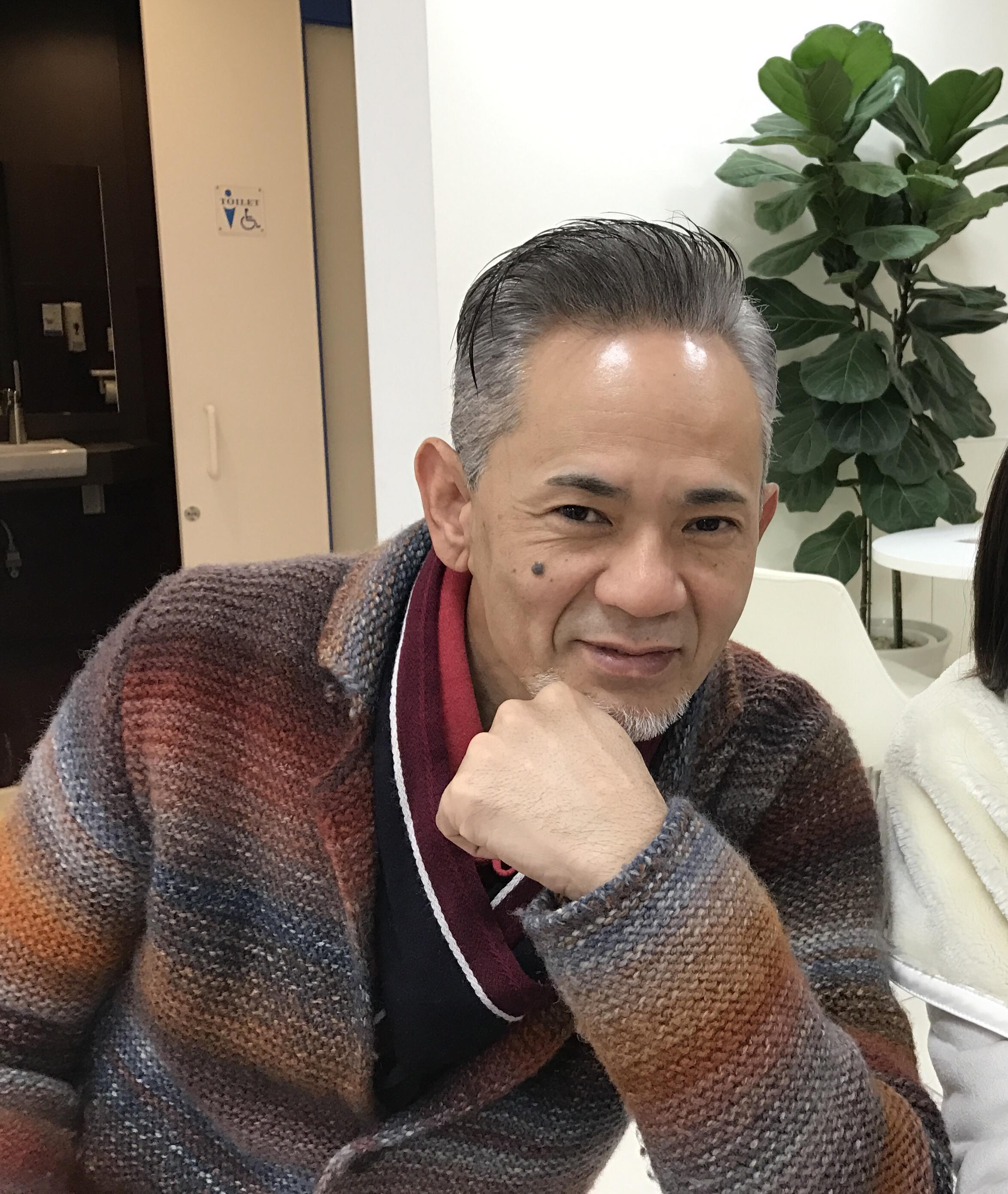 今日は 沖縄も肌寒い1日でした1日でした。 昨日まで お客さまがいらしておりましたが、 なんと、、、先生が着ているセーター その糸を染めた方だったのです。 日本には 何億という方がいて その中から  出逢う輝蹟 ✨✨ 縁は奇なるもの でも偶然はありません 必然的な出逢い   そのご縁を活かすのが、命の冥利です。