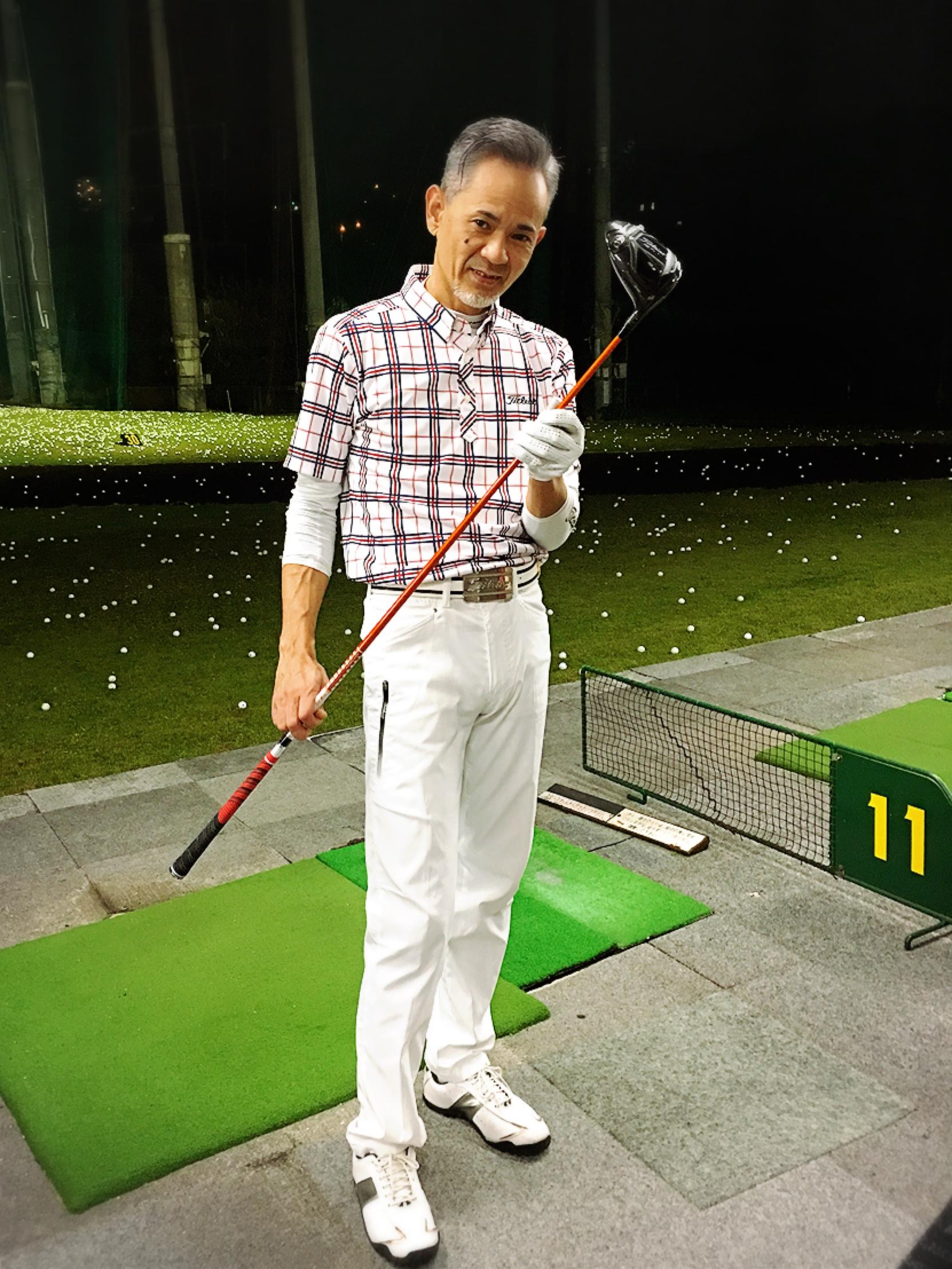 最幸の笑顔 笑いが、、、止まらない 己を知り  自分の身体を感じ  クラブを感じる こだわるだけ  こだわるのは 自分とのフィーリングを大切にしているから 感じら世界がどれだけ凄いことかを 自ら体現してくれる先生 打ってひとこと チビラシィ✨✨?美しい ゴルフを愛してやまない先生の初ゴルフレッスン⛳️