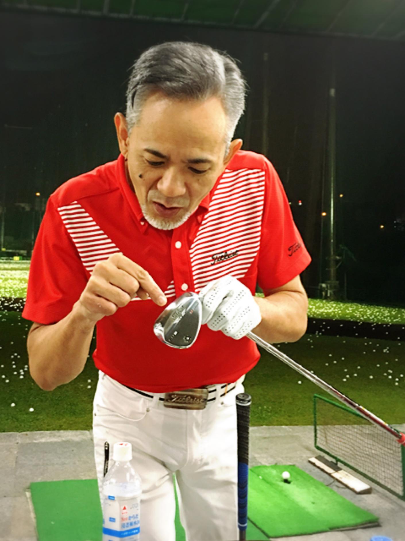 先生のゴルフクラブの調整は とにかー〜〜く 細かくて 繊細 シャフトの長さ 重さ 全体の バランス フェイスの形状まで 使った感覚で調整しています。 クラブも 削りだしていて (もちろん、先生自身の手作業です。) 最近、仕上がったクラブを見せてくれた。 芝にくい込む感覚を抜けをスムーズにするために 角を削り 美しいカーブ曲線に